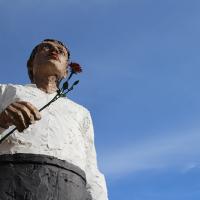 Figur mit Rose